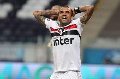 Daniel Alves costumava usar a braçadeira de capitão no pulso (Foto: Rubens Chiri / saopaulofc.net)