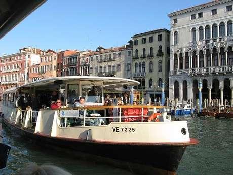 O vaporetto é o meio de transporte típico de Veneza