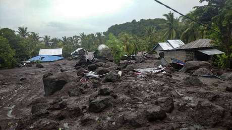 Destruição provocada por inundações na ilha de Flores, na Indonésia