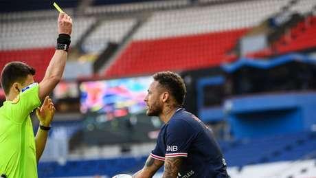 Momento em que Neymar recebe o segundo cartão amarelo contra o Lille (Foto: FRANCK FIFE / AFP)