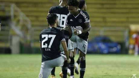 Tiago Reis recebeu de Cayo Tenório a assistência para um dos três gols que marcou (Rafael Ribeiro/Vasco)