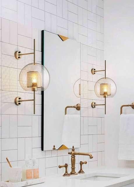 43. Decoração clean com luminária decorativa de parede para banheiro branco com detalhes em cobre – Foto: Tudo & Co