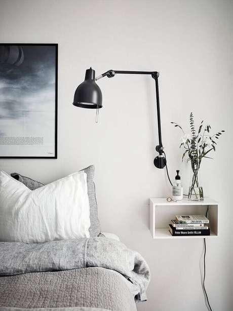 61. Quarto minimalista decorado com luminária articulada de parede – Foto: Decorola