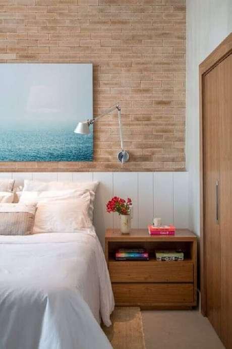 38. Luminária articulada de parede para quarto decorado com parede tijolinho – Foto: Arquitrecos