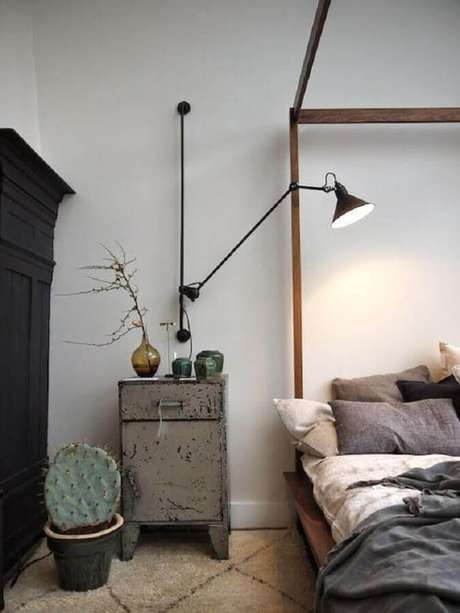 6. Luminária de parede industrial para decoração de quarto simples – Foto: Futurist Architecture