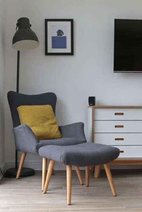 47. A luminária de chão favorece a iluminação para quem está sentado na poltrona pé palito. Fonte: Pinterest