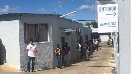 Fila de pessoas à espera de imunização contra a covid-19 em uma unidade de saúde em Rivera, no Uruguai