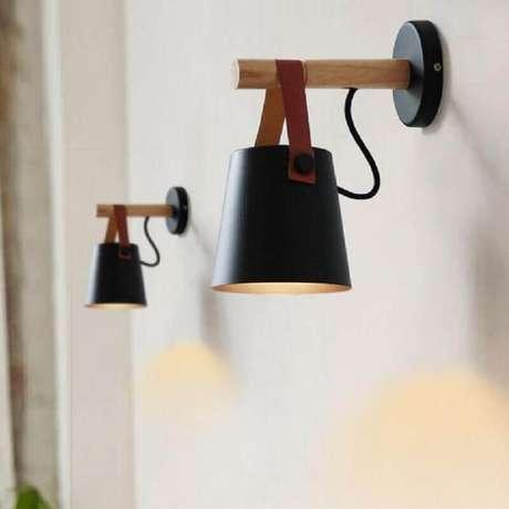 57. Modelo de luminária de parede de madeira e couro – Foto: Pinterest