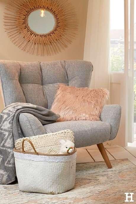 48. A almofada peluda rosa decora a poltrona pé palito cinza. Fonte: Pinterest