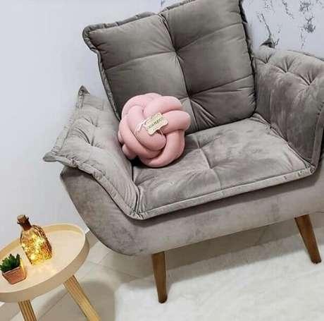 31. Decore sua poltrona decorativa opala pé palito com uma linda almofada de nó. Fonte: Pinterest