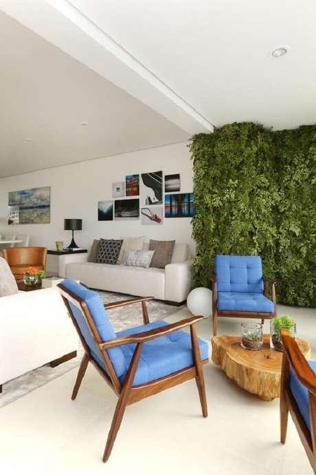 7. Poltrona pé palito com tecido azul decora a varanda do apartamento. Fonte: Revista Viva Decora