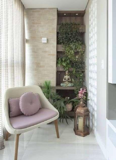 20. Poltrona pé palito para varanda planejada com jardim vertical. Fonte: Pinterest
