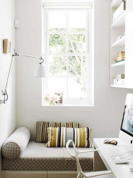 15. Decoração de cantinho de leitura todo branco com luminária articulada de parede – Foto: Archilovers