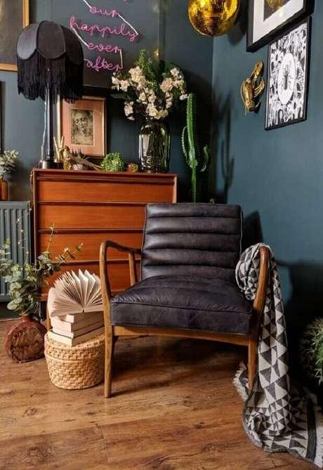 34. Decoração de sala simples com poltrona pé palito preta. Fonte: Furniture123
