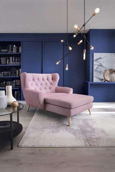 17. Poltrona pé palito rosa claro com design diferenciado. Fonte: Boca do Lobo