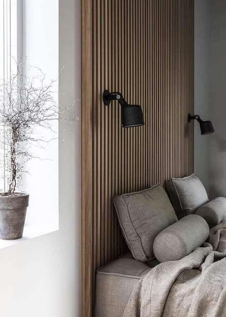 49. Luminária de parede para quarto planejado com parede de madeira – Foto: Coco Lapine Design