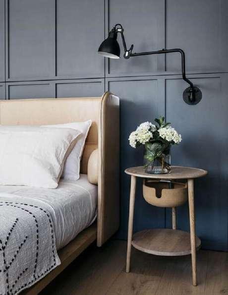 37. Luminária articulada de parede para quarto de casal decorado com mesa lateral redonda – Foto: Casa de Valentina