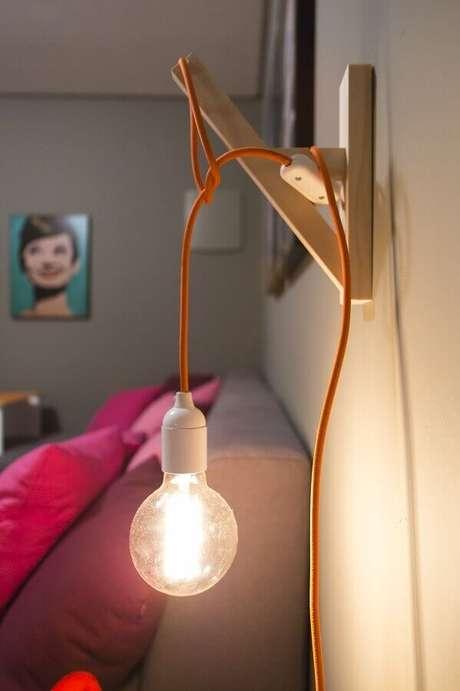 58. Modelo simples de luminária de parede quarto – Foto: Simplichique