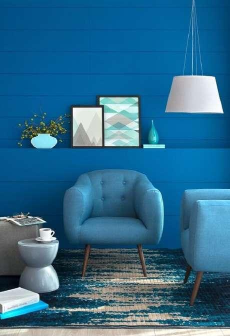 28. Mergulhe nessa decoração azul de sala com poltrona pé palito. Fonte: Mobly