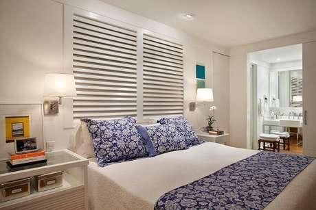 25. Decoração de quarto branco com luminária decorativa de parede – Foto: Brise Arquitetura e Interiores