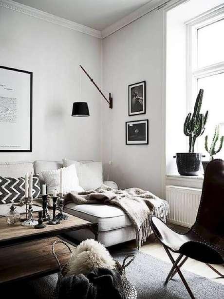 56. Luminária decorativa de parede para sala clean decorada com confortável sofá com chaise – Foto: Editions de l'Arkhan