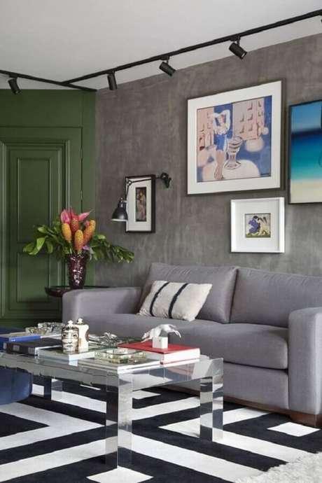 51. Luminária de parede para sala cinza moderna decorada com tapete geométrico – Foto: Histórias de Casa