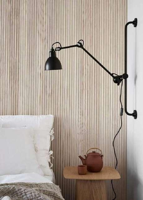 42. Luminária de parede moderna para decoração de quarto com parede de madeira – Foto: Coco Lapine Design