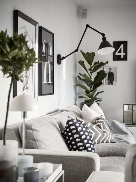 64. Sala branca decorada com sofá cinza e luminária articulada de parede – Foto: Editions de l'Arkhan