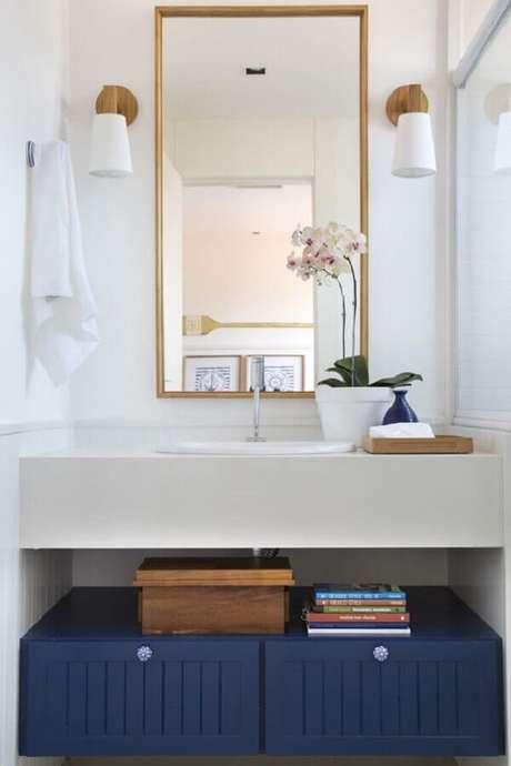 9. Decoração com luminária de parede para banheiro branco pequeno – Foto: Babi Teixeira