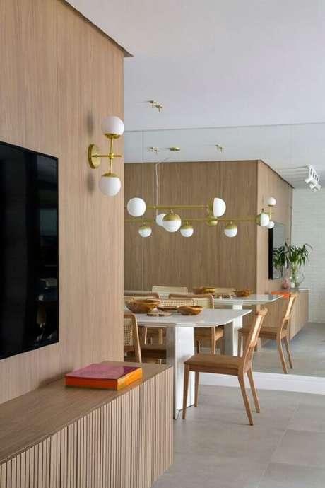 54. Luminária de parede para sala de TV integrada com sala de jantar moderna – Foto: Casa de Valentina