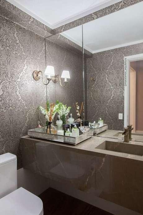 17. Decoração sofisticada com luminária de parede para banheiro planejado com papel de parede – Foto: MaraRamos Arquitetura e Design