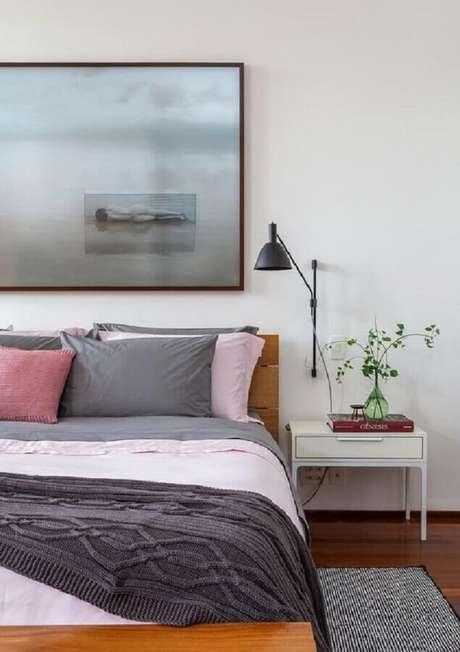 46. Luminária de parede para quarto branco decorado com quadro grande – Foto: Histórias de Casa