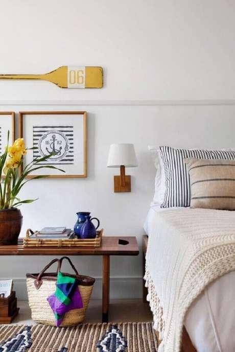59. Quarto branco decorado com luminária de parede e banco de madeira – Foto: Histórias de Casa