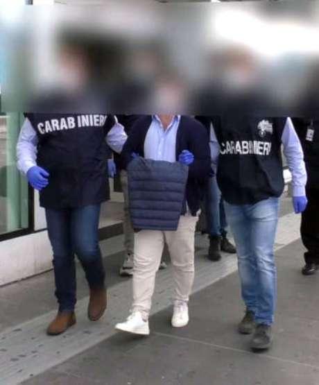 Imagem feita pela Arma dos Carabineiros mostra prisão de Giuseppe Calvaruso em Palermo, na Sicília