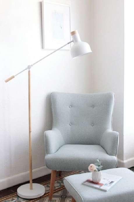 35. Decoração minimalista com poltrona pé palito cinza. Fonte: Pinterest