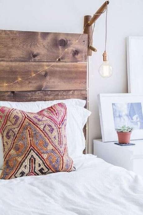 29. Decoração de quarto com cabeceira rústica e luminária de parede de madeira – Foto: Lonny Magazine