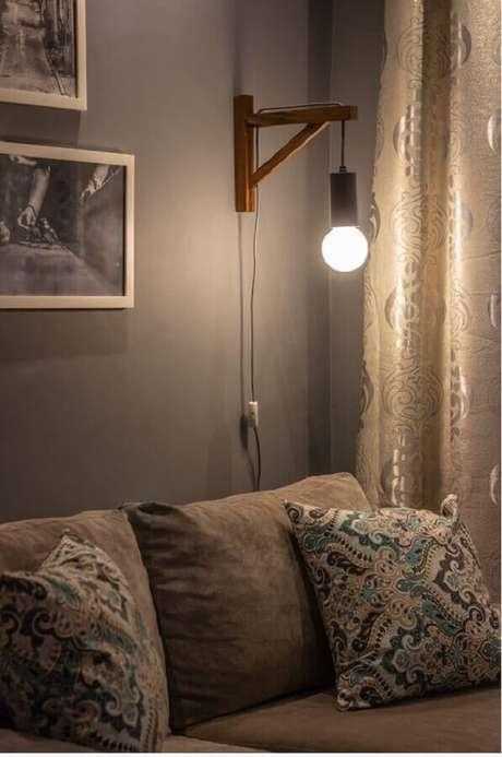 26. Decoração com luminária de parede sala de estar cinza – Foto: MeuEstiloDecor