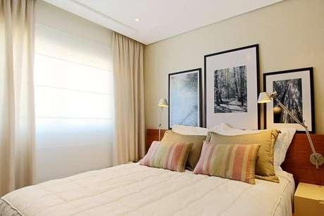 31. Decoração em cores neutras para quarto com cabeceira de madeira e luminária articulada de parede – Foto: Sesso & Dalanezi Arquitetura + Design