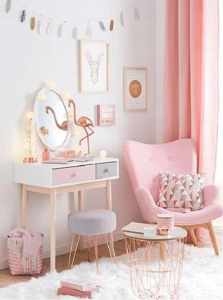 18. Quarto delicado com penteadeira e poltrona pé palito rosa. Fonte: Pinterest