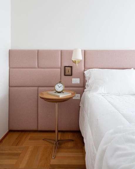 23. Luminária de parede quarto decorado com cabeceira rosa estofada – Foto: Manual da Obra