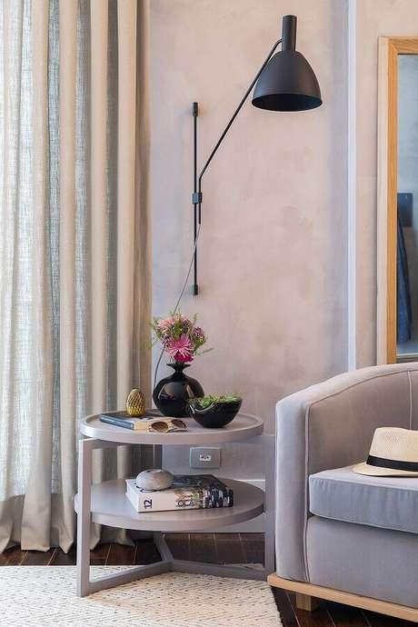 65. Sala cinza decorada com luminária de parede para leitura – Foto: Casa de Valentina