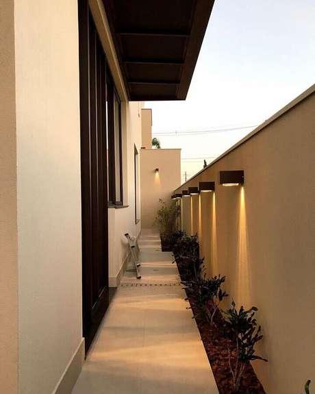 16. Corredor decorado com luminária de parede externa – Foto: Pinterest