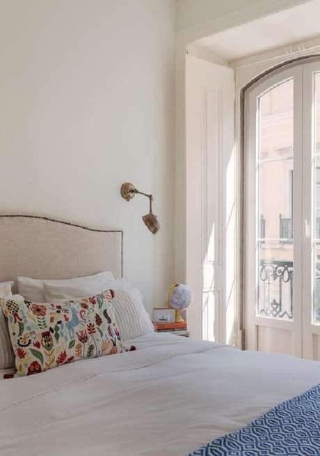 18. Decoração clean para quarto de casal com luminária decorativa de parede – Foto: Histórias de Casa