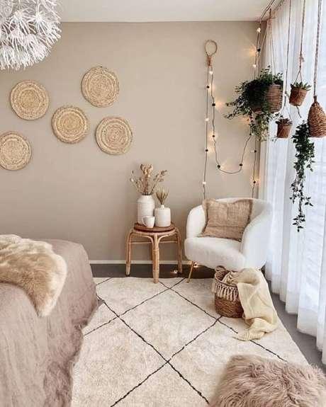 8. O cordão de luz atrás da poltrona decorativa pé palito traz um destaque especial para o quarto. Fonte: Pinterest