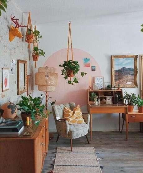 16. Sala com poltrona pé palito e decorada com inúmeras plantas. Fonte: Pinterest