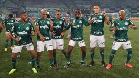 Wesley, Veron, Esteves, Patrick, Renan e Danilo: Crias da Academia comemorando o título da Copa do Brasil (Foto: Cesar Greco/Palmeiras)