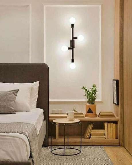 63. Quarto sofisticado decorado com luminária de parede moderna – Foto: Archilovers