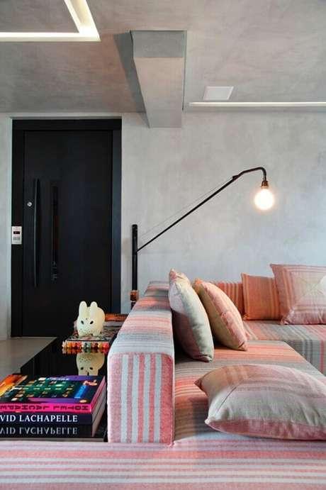53. Luminária de parede para sala de estar moderna decorada com parede de cimento queimado – Foto: Fashionismo