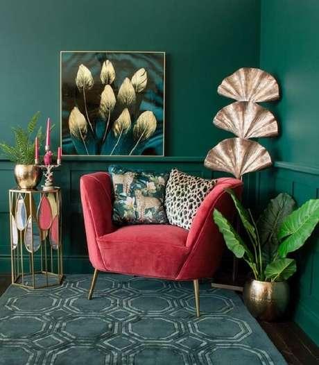 13. Sala com poltrona pé palito rosa e almofadas estampadas. Fonte: Pinterest