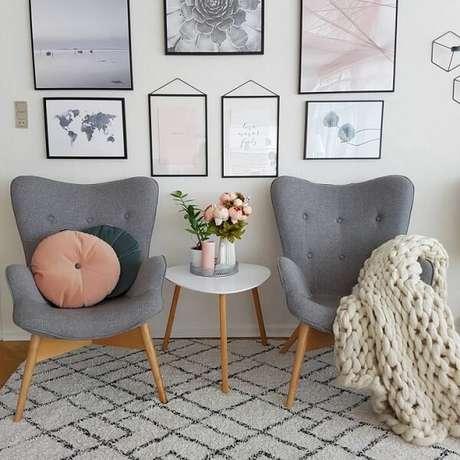 3. A poltrona pé palito cinza se conecta com a mesa de centro da sala. Fonte: Carina